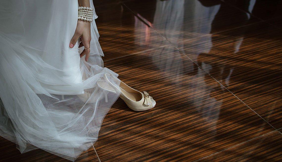 Vestido de novia con zapatos blancos
