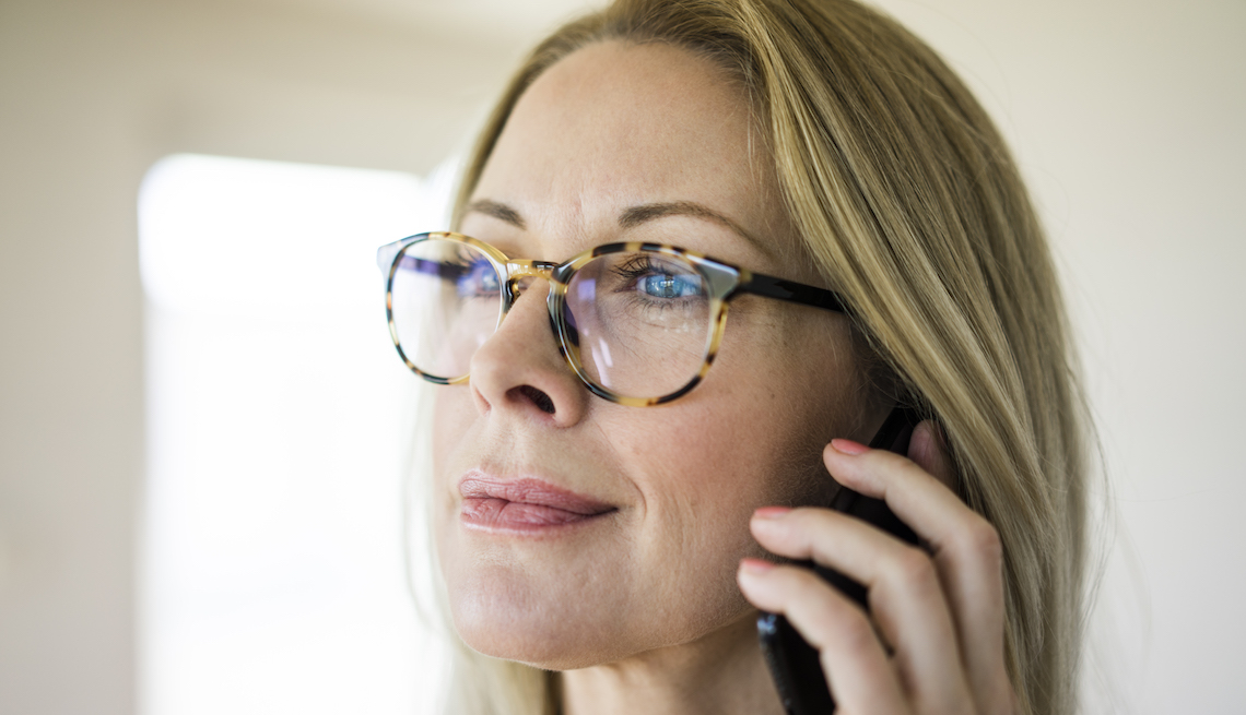 item 3 of Gallery image - Mujer mayor con lentes hablando por teléfono.