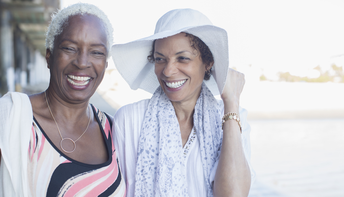 item 13, Gallery image. Dos mujeres adultas caminando por la playa.
