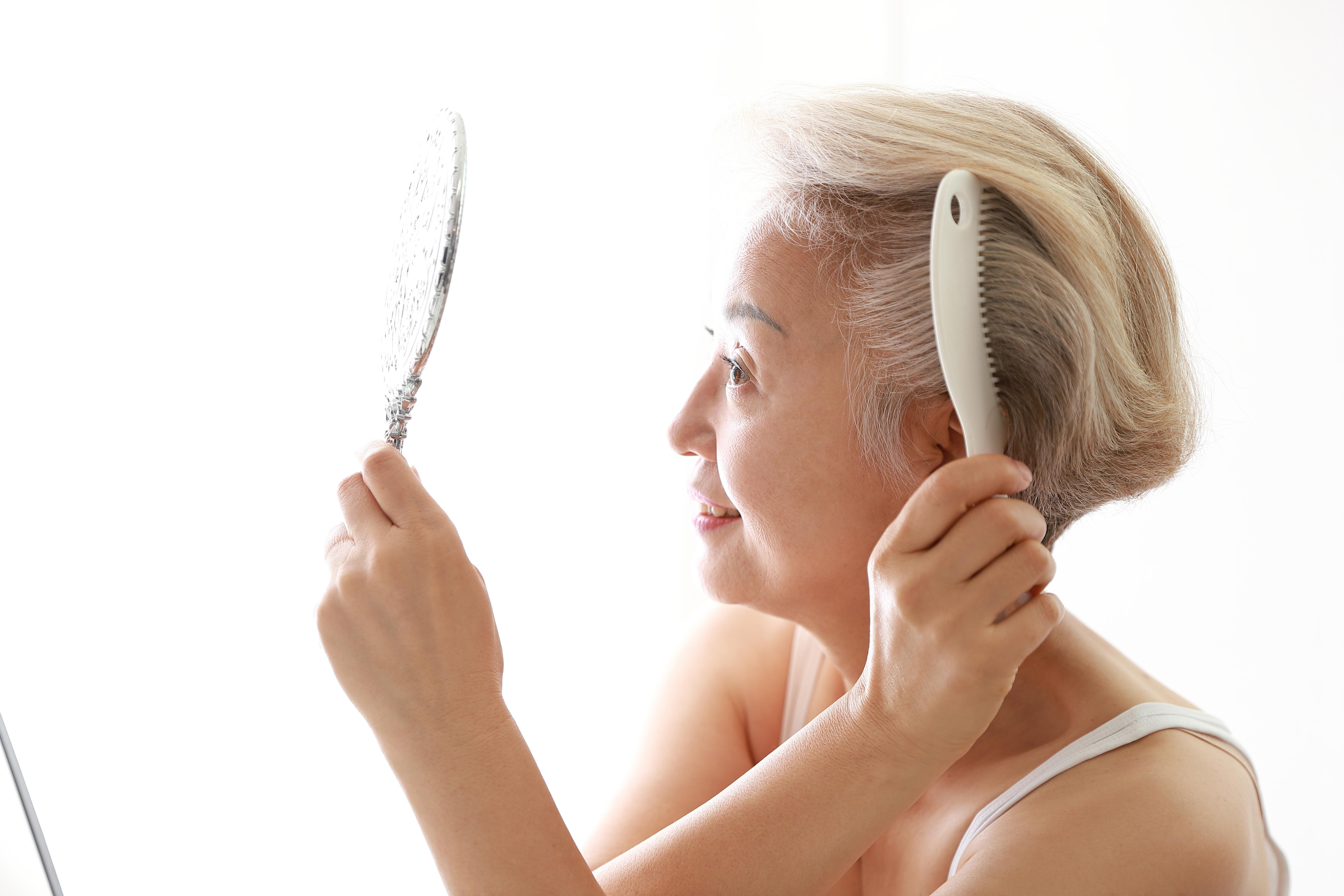 item 7 of Gallery image - Mujer arreglándose el cabello.