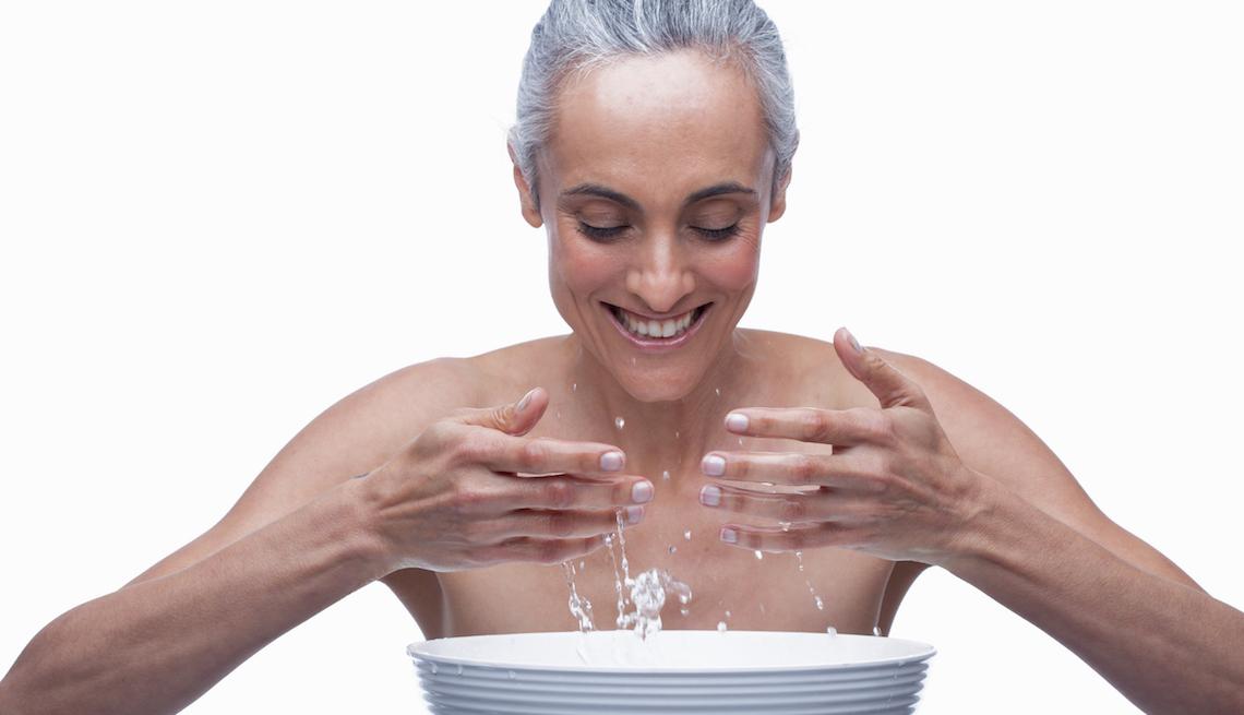 item 5 of Gallery image - Mujer mayor se lava la cara.