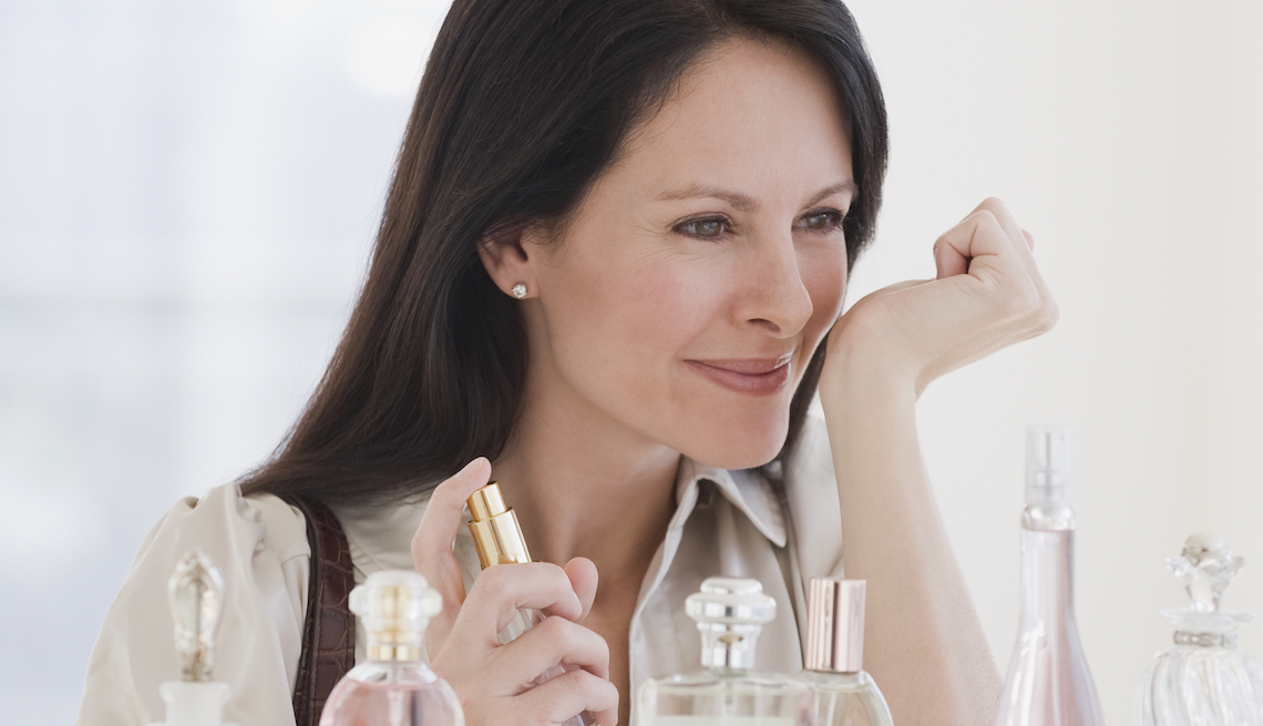 item 2 of Gallery image - Mujer probando un perfume.