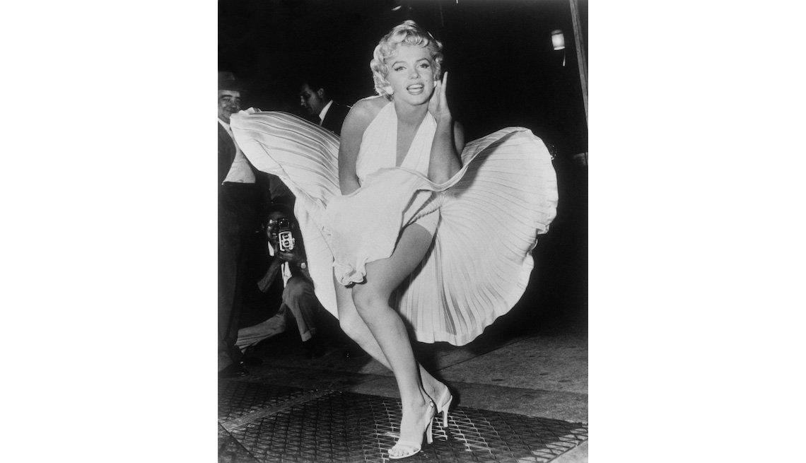 """item 8, Gallery image. Marilyn Monroe posa sobre la corriente de aire de una rejilla del metro de Nueva York mientras representa el personaje de la película """"The Seven Year Itch"""" en Manhattan el 9 de septiembre de 1954."""