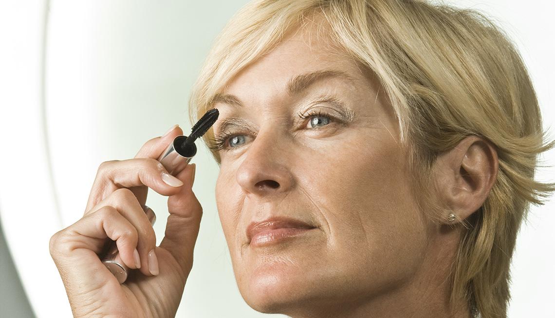 item 6 of Gallery image - Mujer aplicando delineador sobre sus pestañas.