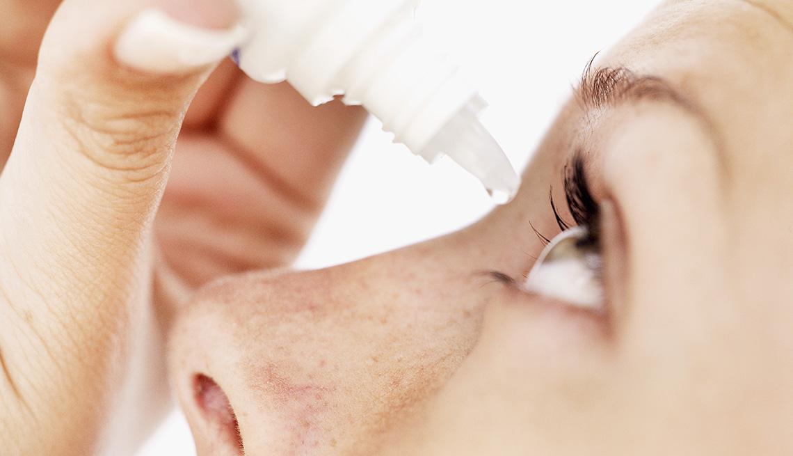 item 3 of Gallery image - Mujer aplicando gotas para los ojos.
