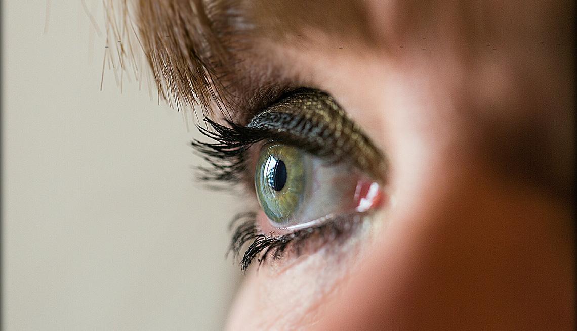 item 5 of Gallery image - Acercamiento al ojo con maquillaje de una mujer.