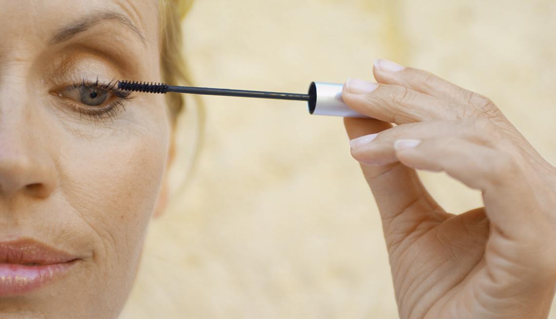 item 2 of Gallery image - Mujer aplicando delineador sobre sus cejas.