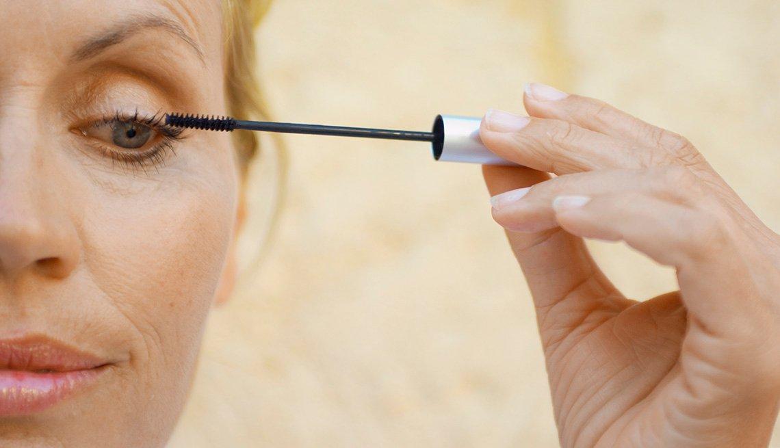 item 2, Gallery image. Mujer aplicando delineador sobre sus cejas.