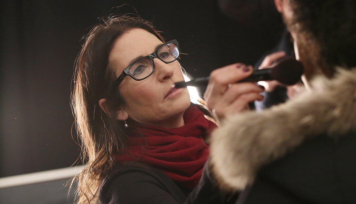 Bobbi Brown, maquilladora profesional, prepara a una modelo durante el Desfile de la moda de Nueva York, otoño 2016
