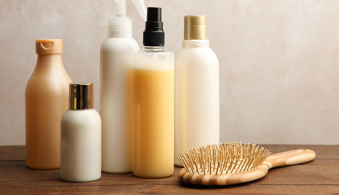 Productos para el cuidado del cabello en una mesa de madera.
