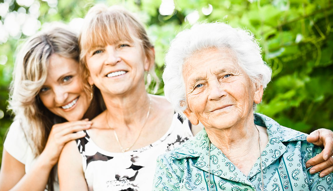 Tres mujeres de diferentes generaciones, una enseguida de la otra.