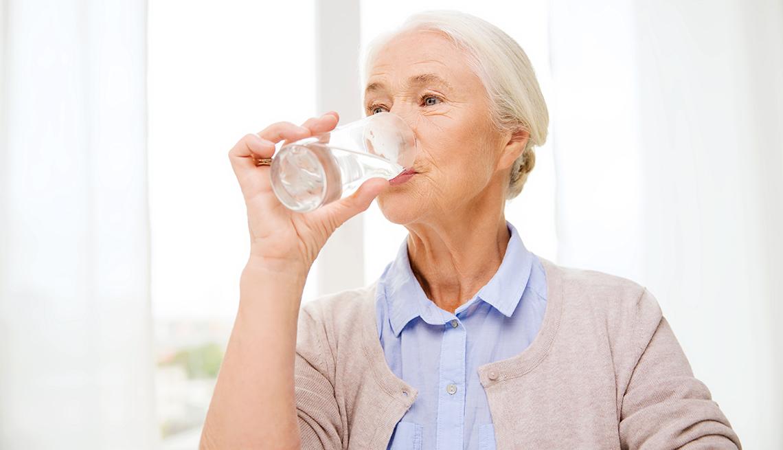 item 5 of Gallery image - Mujer tomando agua