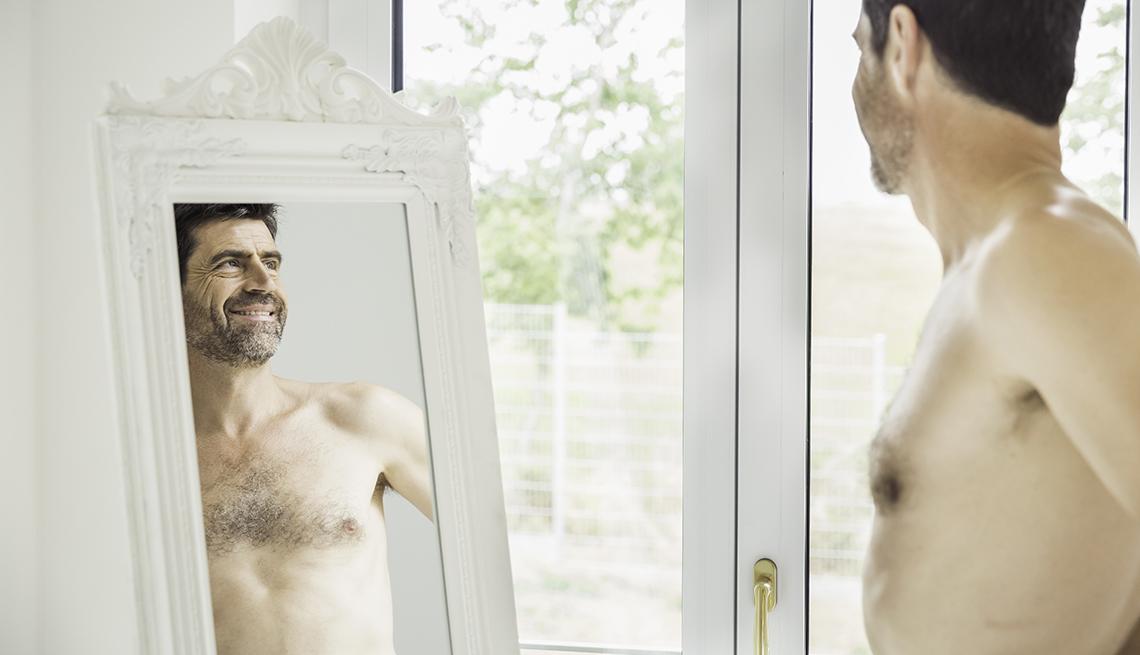 item 1 of Gallery image - Hombre sin camisa viendo su reflejo en un espejo.