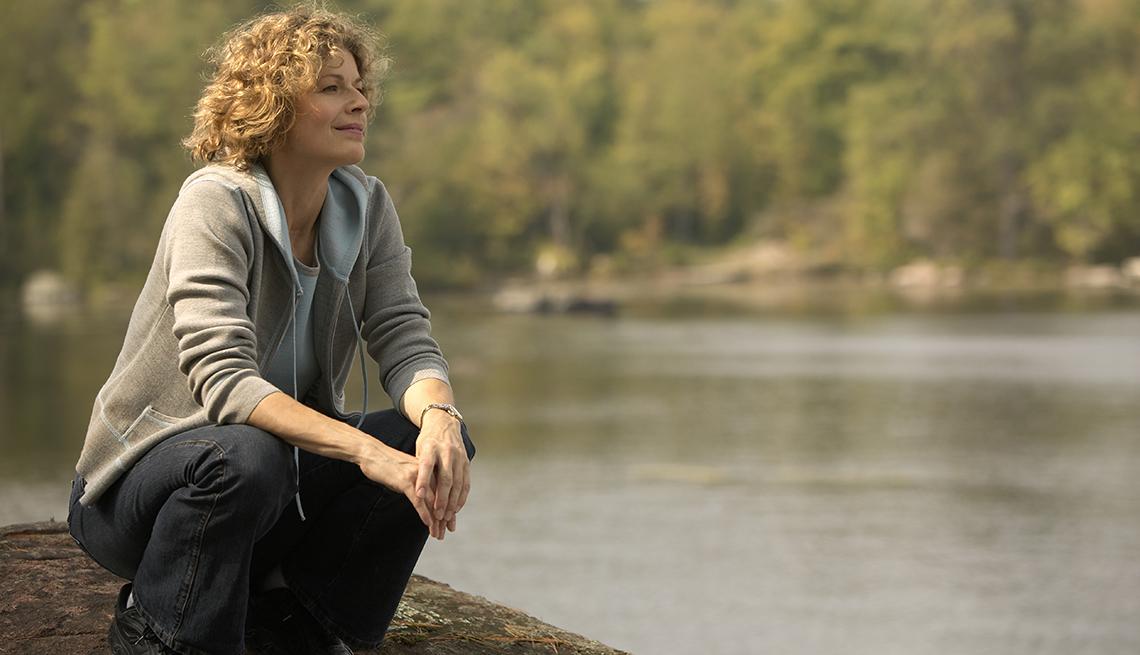 item 8 of Gallery image - Mujer con las piernas flexionadas y admirando un lago.