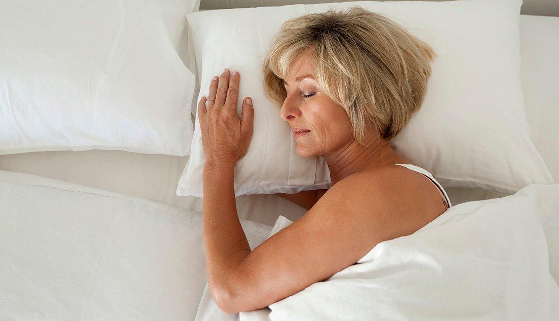 item 8 of Gallery image - Una mujer durmiendo en una cama.
