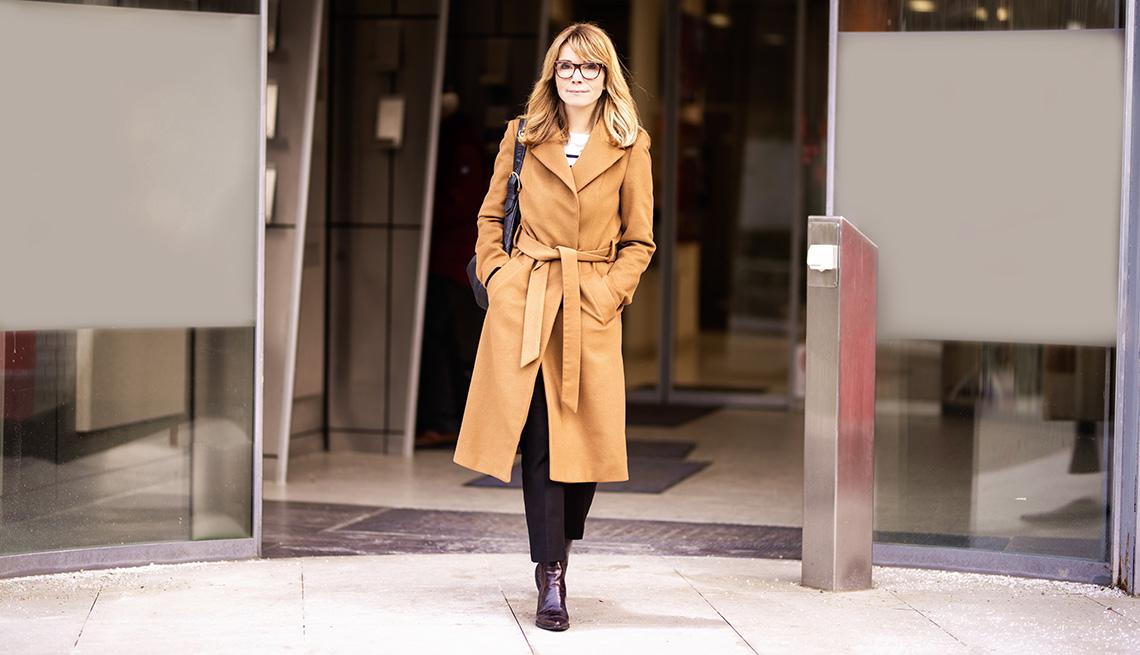 Mujer vistiendo una gabardina color castaño claro.
