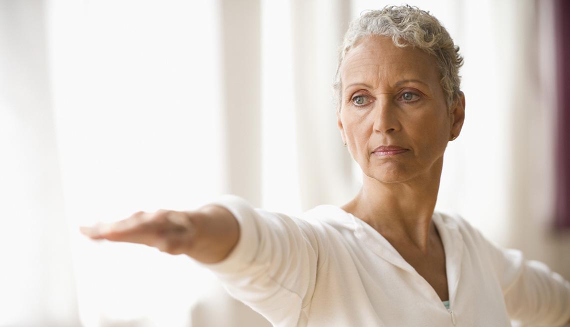 item 7 of Gallery image - Una mujer realizando una pose de yoga.