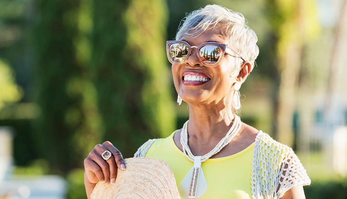 Una mujer con gafas de sol en un día soleado.