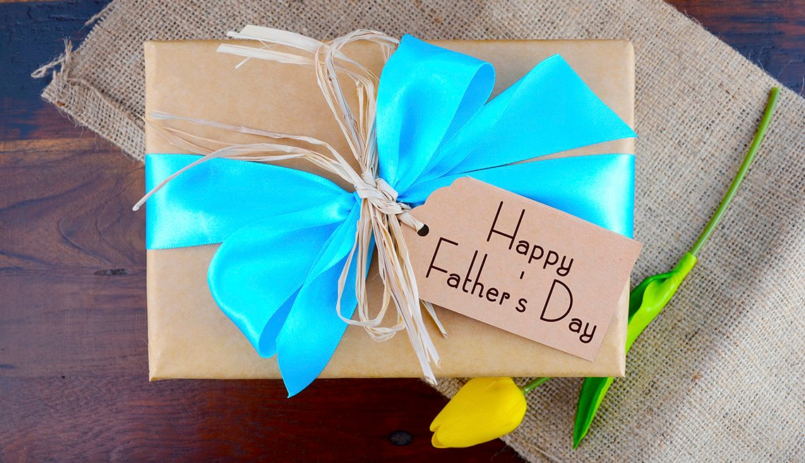 Un regalo envuelto con cinta azul para el Día del Padre.