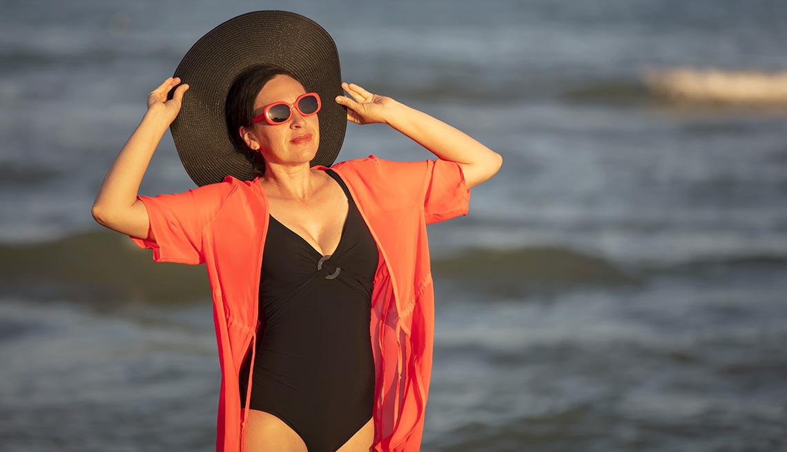 Una mujer disfrutando del sol y la playa.
