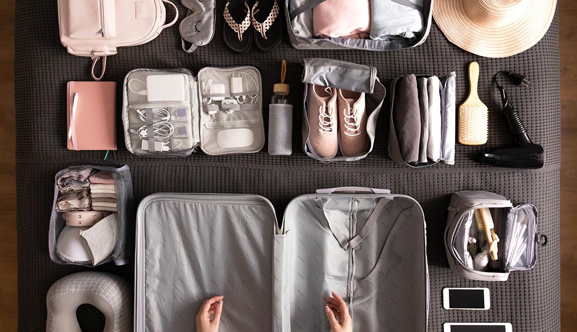 Mujer preparándose para empacar su maleta.