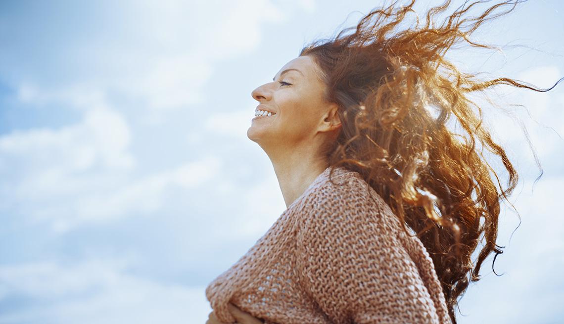 Mujer con el cabello largo suelto.