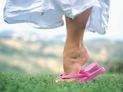 Mujer parándose en los dedos del pie