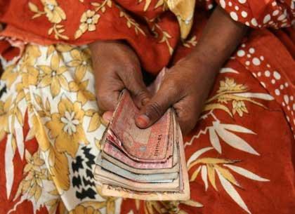 Mujer con dinero en sus manos