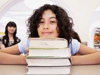 Libros de ficción para jóvenes – Joven con libros en una biblioteca