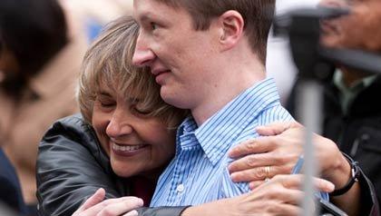 Carol Zapata abraza a su hijo en silla de ruedas Vincent Whelan, quien hace la residencia en pediatría.
