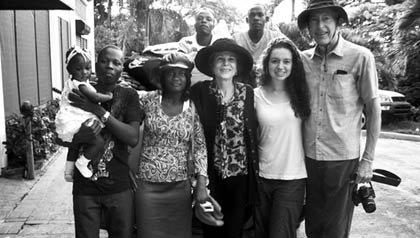 Julia Alvarez en Haiti con su familia y unos amigos