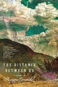 Escritora Reyna Grande con su nuevo libro - The Distance Between Us
