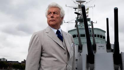El exitoso autor Ken Follett fotografiado a bordo del HMS Belfast cerca de Tower Bridge sobre el río Támesis, en Londres.