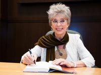 Rita Moreno firma su libro 'Rita Moreno- Una memoria' en la librería Barnes & Noble en Los Angeles, California.