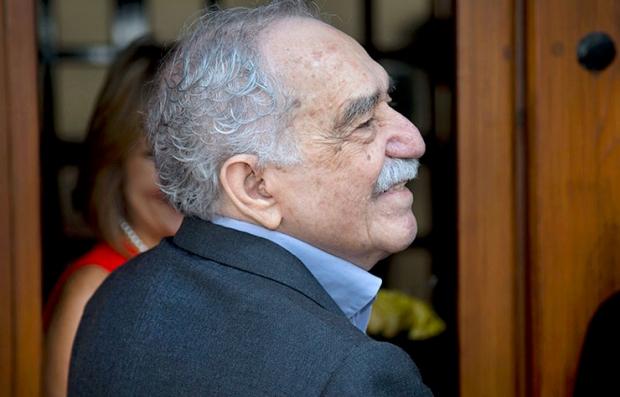 En esta foto de archivo del 6 de marzo de 2014, el premio Nobel de literatura colombiano Gabriel García Márquez saluda a admiradores y periodistas frente a su casa en la Ciudad de México. García Márquez fue hospitalizado el jueves 3 de abril de 2014 en la capital mexicana. Cumplió recientemente 87 años.