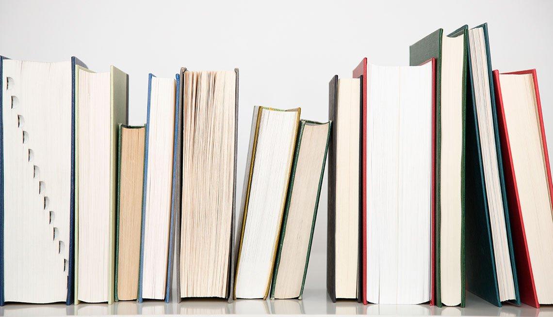 Libros en un librero con un fondo blanco