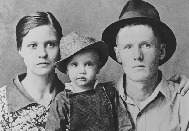 Foto de infancia a blanco y negro con sus padres - Elvis Presley, 40 años de su muerte