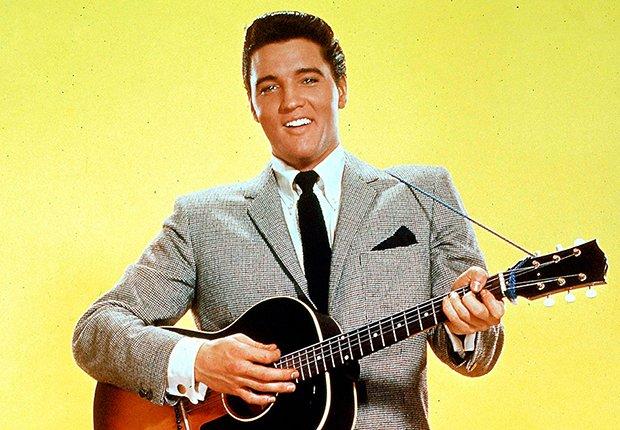 El rey del rock n roll con su guitarra - Elvis Presley, 40 años de su muerte