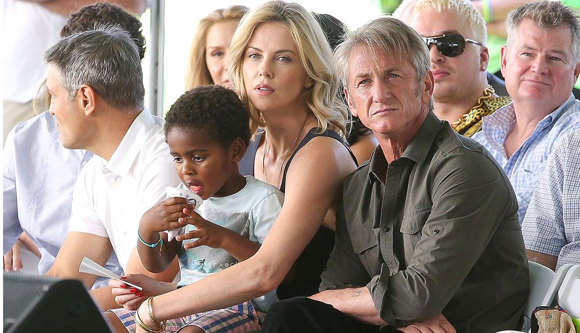 item 10 of Gallery image - Charlize Theron con su hijo adoptivo y Sean Penn