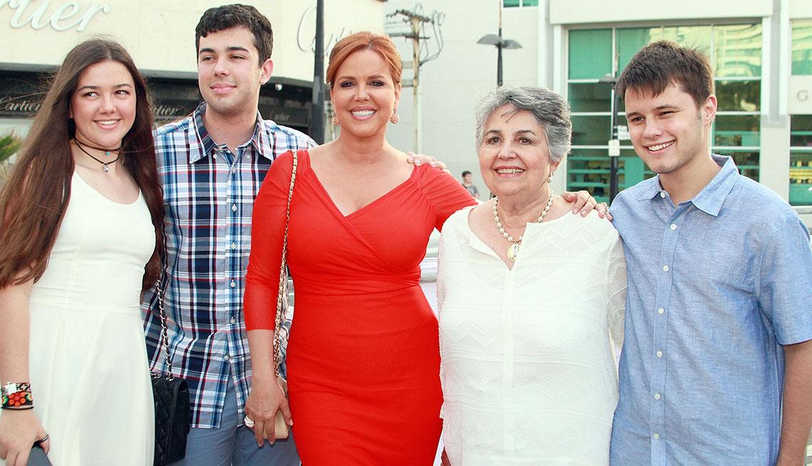 item 1 of Gallery image - Presentadora de televisión María Celeste Arrarás con su familia