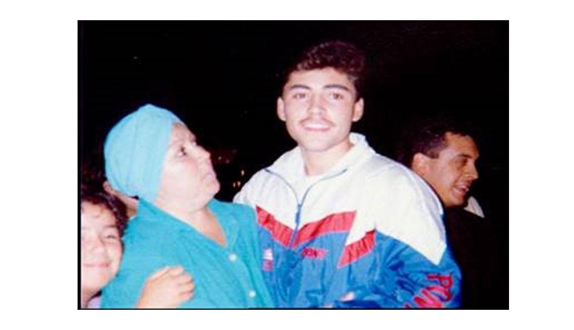 Oscar De La Hoya en la adolescencia al lado de su madre Cecilia Gonzalez De La Hoya, 1990