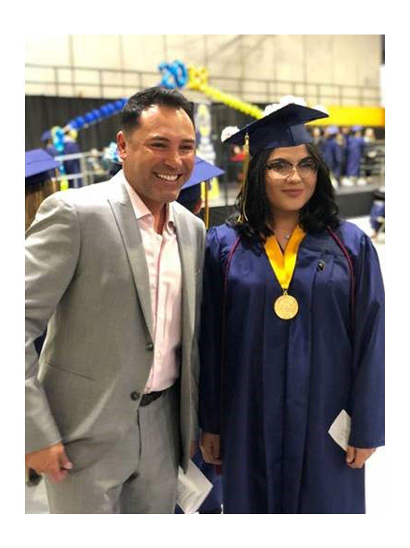 Oscar De La Hoya con una estudiante en su graduación