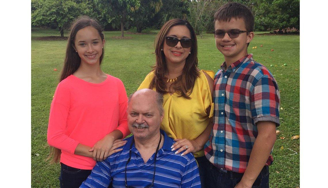 Periodista Neida Sandoval, su esposo y sus dos hijos.