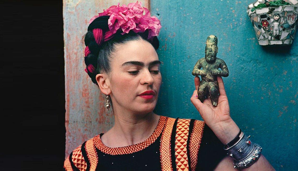 Retrato de Frida Kahlo con un ídolo indígena.
