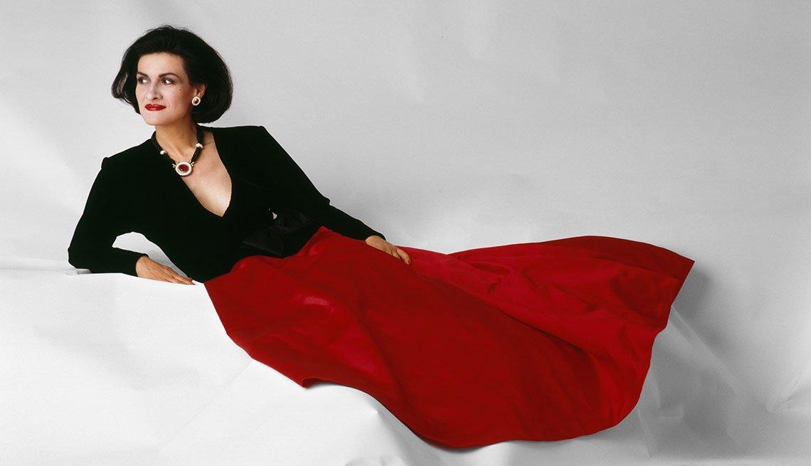 item 6, Gallery image. Paloma Picasso con un diseño de Yves Saint Laurent Paris, 1985.