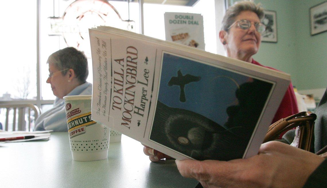 Sandra Lindley, derecha, y Lydia Kuhn, atrás, escuchando la lectura de 'To Kill a Mockingbird'.
