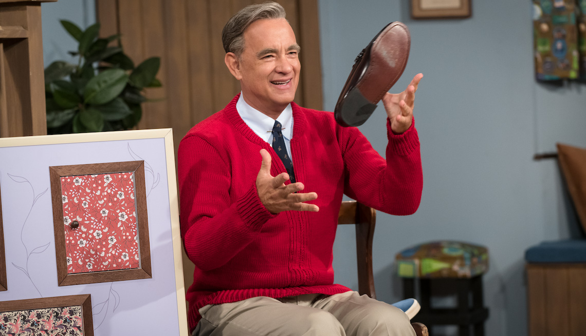 item 1 of Gallery image - Tom Hanks como Mister Rogers en A Beautiful Day in the Neighborhood.