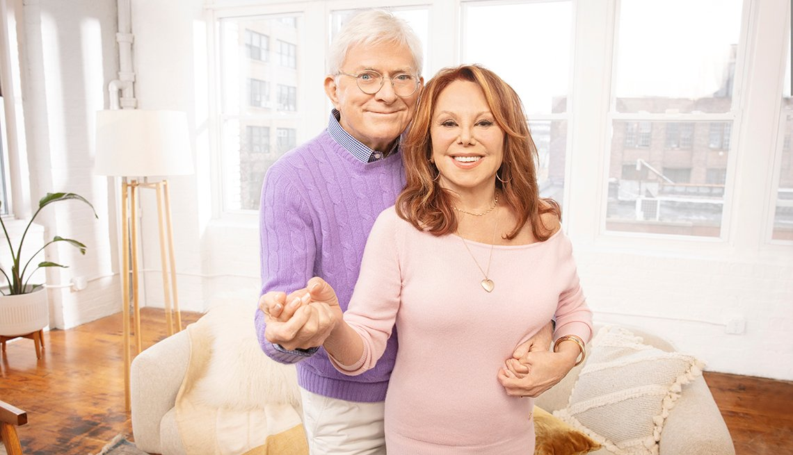 marlo thomas and phil donahue are dancing in their living room