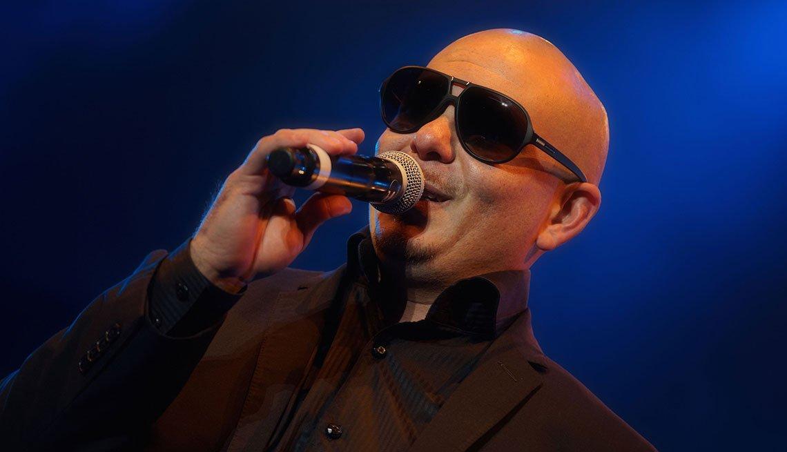 Pitbull en un escenario.