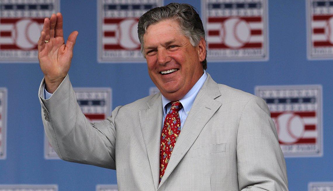 item 24 of Gallery image - El lanzador del Salón de la Fama del Béisbol Tom Seaver saluda durante la ceremonia de inducción.